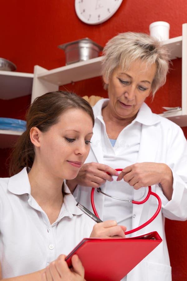 Médecin et infirmière avec la documentation photo stock
