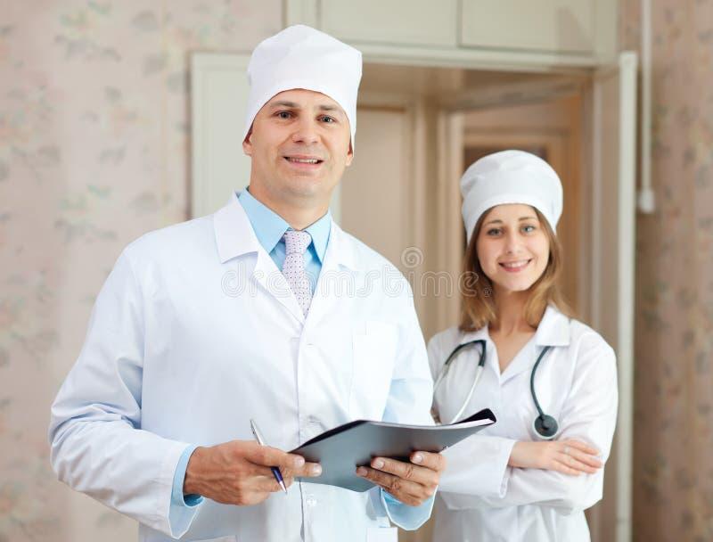 Médecin et infirmière dans la clinique photos stock