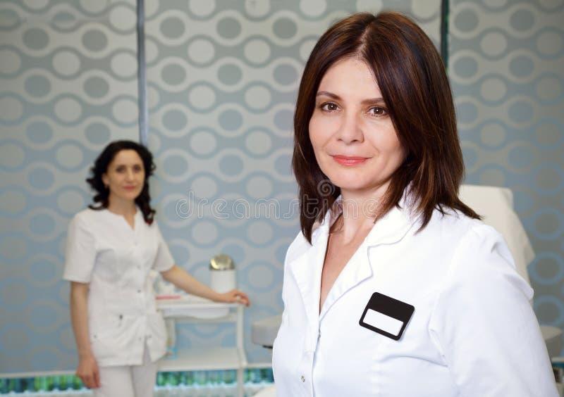 Médecin et infirmière de femme dans un bureau médical image libre de droits