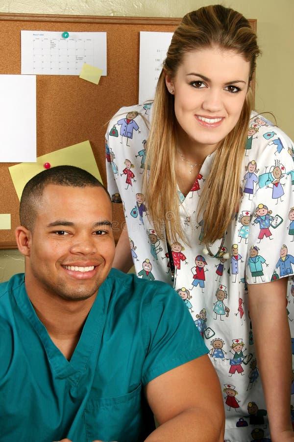 Médecin et infirmière souriant photographie stock libre de droits