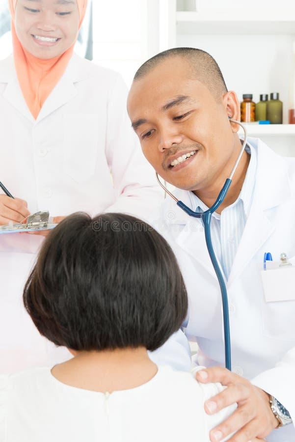 Médecin et patient de famille image stock