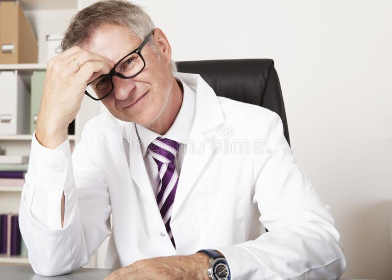 Médecin Having Headache photographie stock