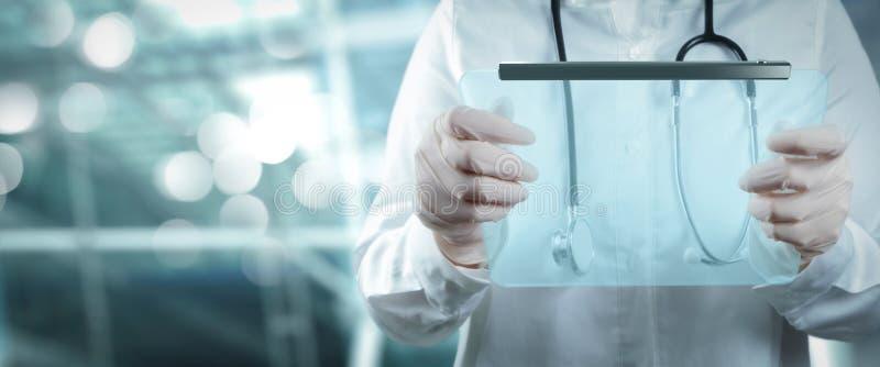 Médecin intelligent travaillant avec la salle d'opération comme concept photo libre de droits