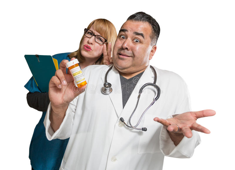 Médecin maladroit et infirmière avec la bouteille de prescription d'isolement sur un Wh photos stock