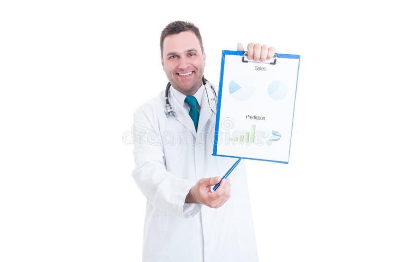Médecin masculin montrant des ventes et des diagrammes de prévisions images libres de droits