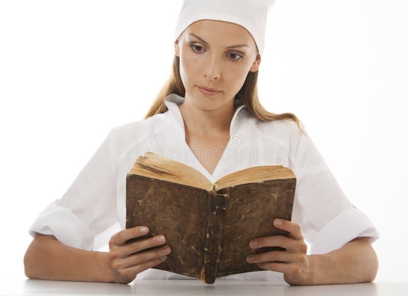 Médecin ou infirmière de femme lisant le vieux livre photo stock