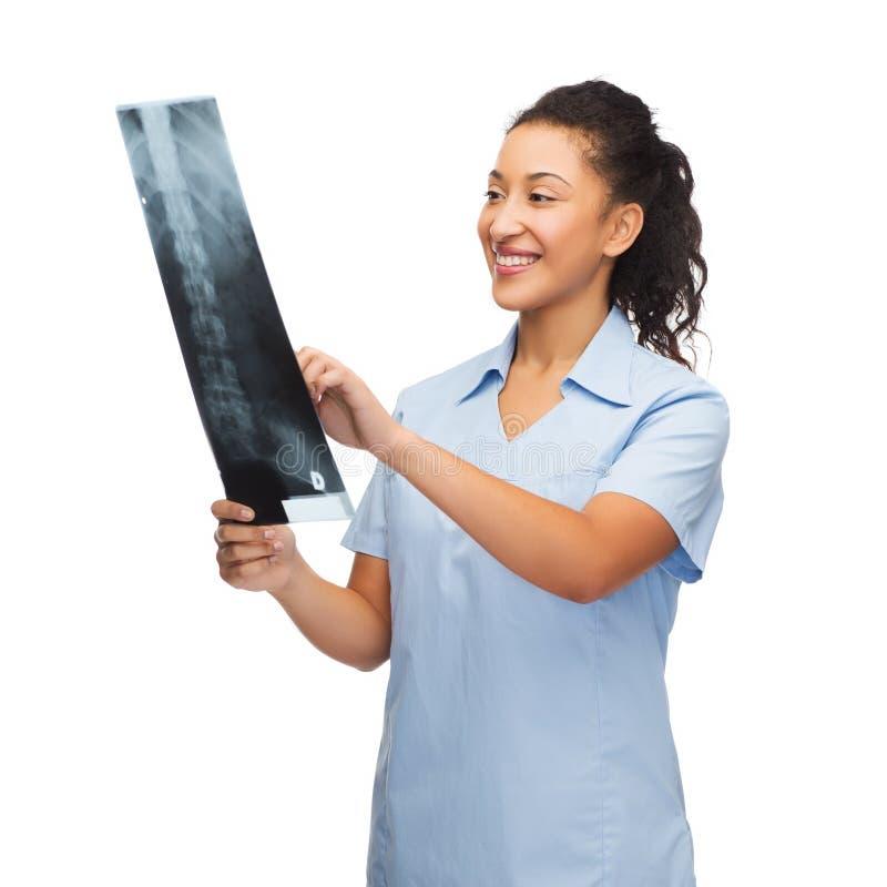 Médecin ou infirmière féminin de sourire regardant le rayon X photo libre de droits