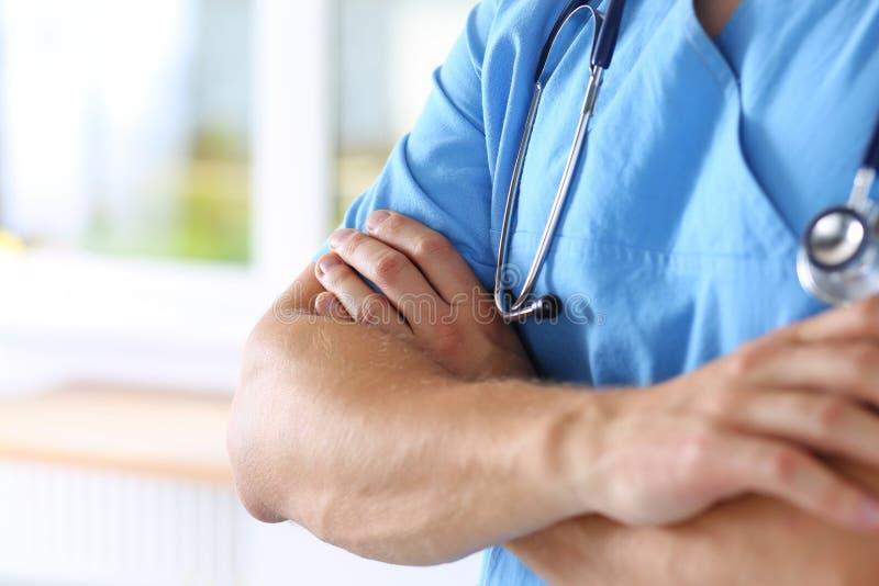 Médecin portant l'uniforme bleu photo libre de droits
