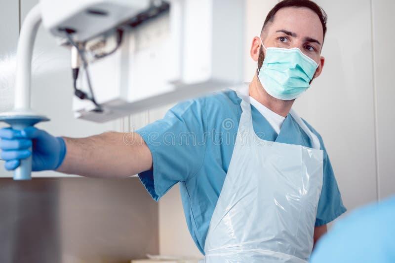 Médecin spécialisé interne pendant l'examen endoscopique photos stock