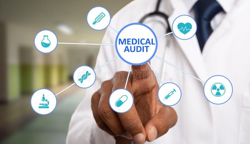 Médecin touchant le texte médical d'audit sur l'affichage images libres de droits