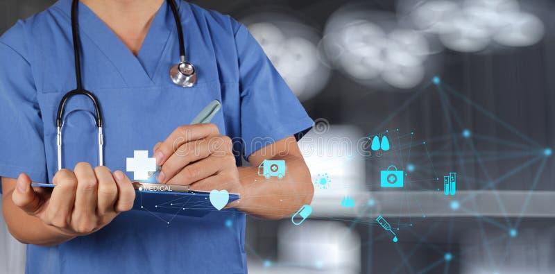 Médecin travaillant avec le panneau de note photo libre de droits