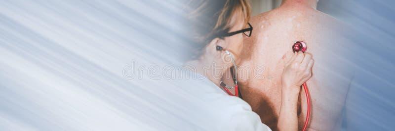 Médecin utilisant du stéthoscope pour examiner le patient; bannière panoramique photographie stock