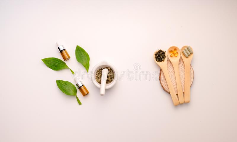 Médecine alternative d'herbe avec de fines herbes le naturel organique dans le laboratoire capsule d'huile, organique naturel nut photo stock