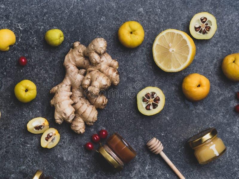 Médecine alternative, ingrédients pour un thé chaud épicé en hiver, concept de saine alimentation, miel dans des pots de verre, r photo libre de droits
