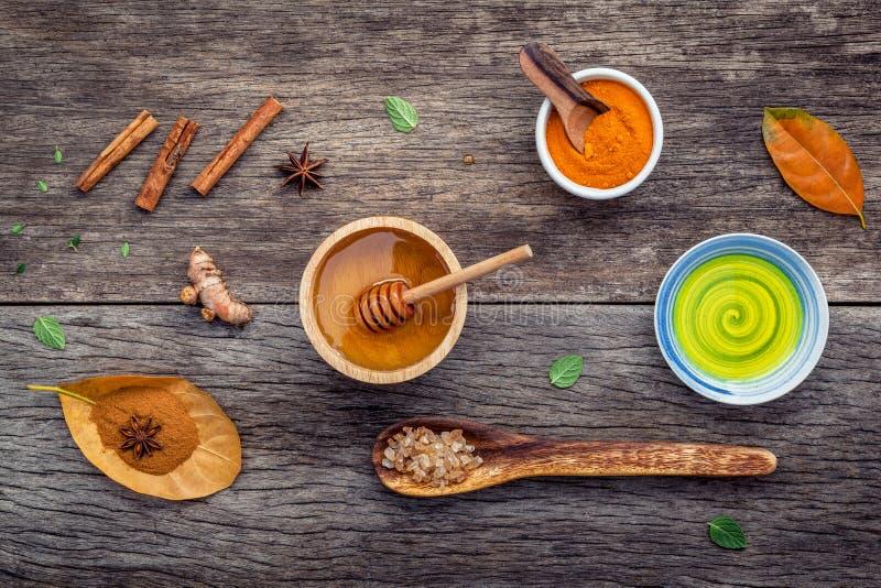 Médecine d'Ayurvedic et miel d'ingrédients de station thermale de nature, élém. de fines herbes images libres de droits