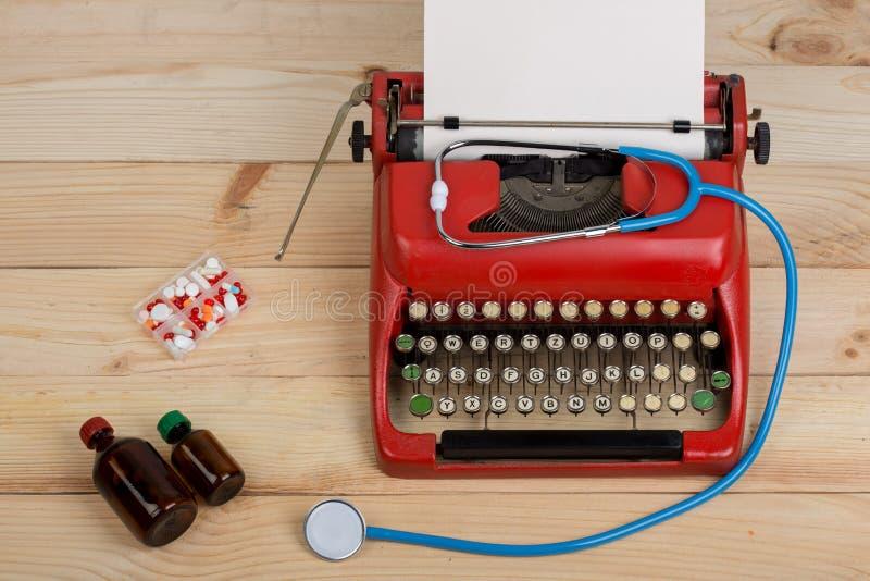 Médecine de prescription ou diagnostic médical - lieu de travail de docteur avec le stéthoscope, pilules, machine à écrire avec l photographie stock libre de droits