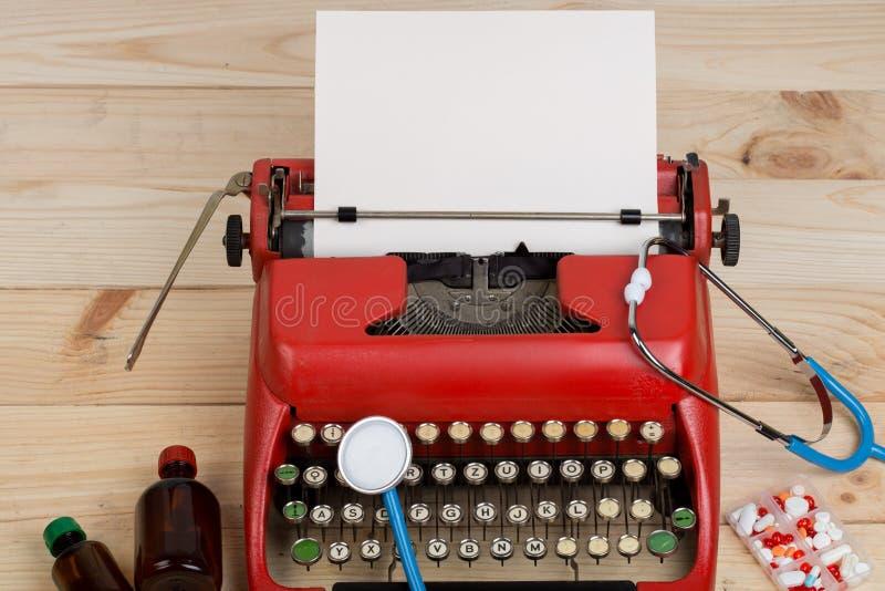 Médecine de prescription ou diagnostic médical - lieu de travail de docteur avec le stéthoscope, pilules, machine à écrire avec l images libres de droits