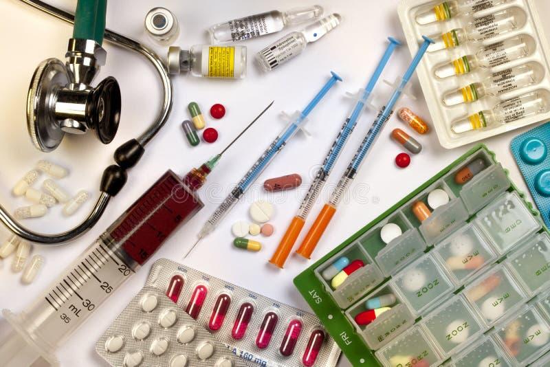 Médecine - drogues - stéthoscope - seringues images stock