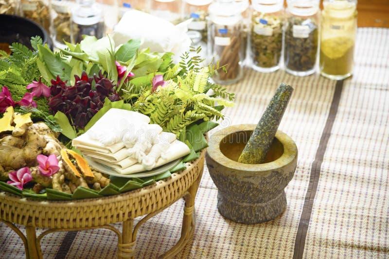Médecine indienne ancienne Ayurveda sacs de massage aux herbes images stock