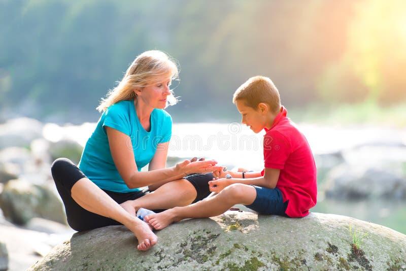 Médecine parallèle À un enfant avec la thérapie de cristaux images stock