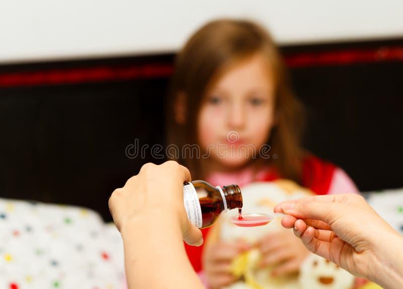 Médecine pour la douleur de gorge photo stock