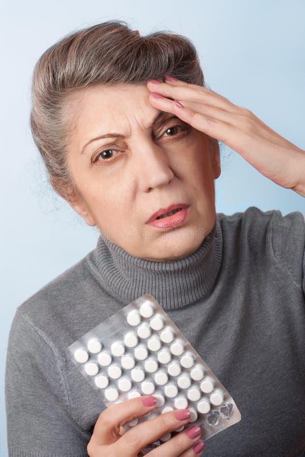Médecine pour le mal de tête photos stock