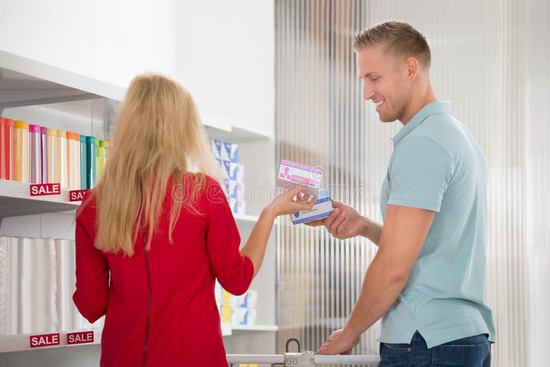 Médecines de achat de couples dans le supermarché photo libre de droits