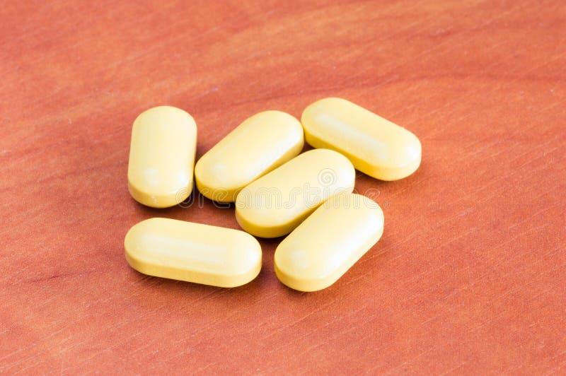 Médecines oranges, drogues, pilule, comprimés sur la table en bois image libre de droits