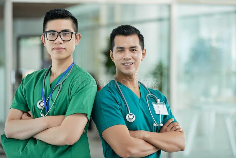 Médecins asiatiques sûrs regardant l'appareil-photo photographie stock libre de droits