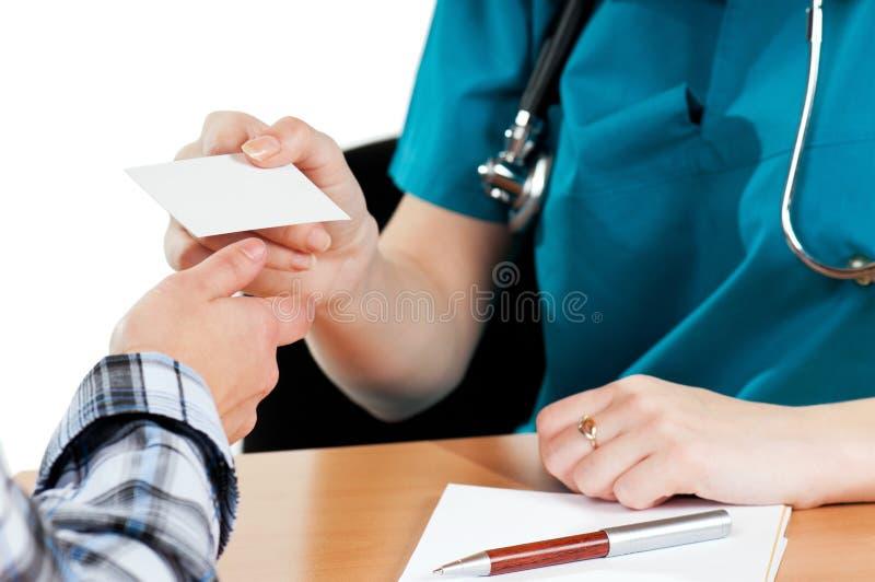 Médecins avec la carte de visite image libre de droits
