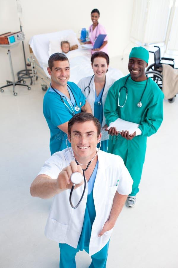 Médecins avec le stethodcope dans une salle patiente photographie stock