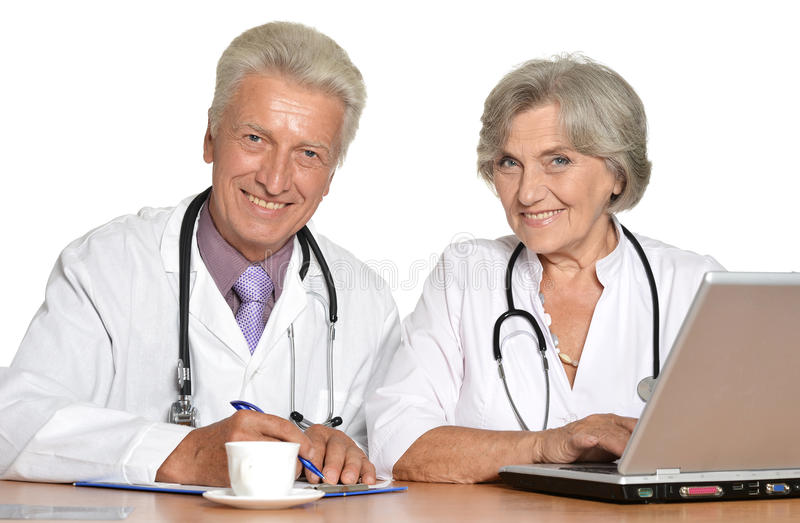 médecins avec un ordinateur portable photos libres de droits