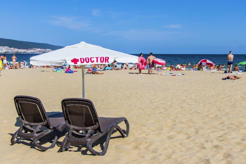 Médecins de lieu de travail sur la plage Bulgarie Plage ensoleillée 25 08 2018 photos libres de droits