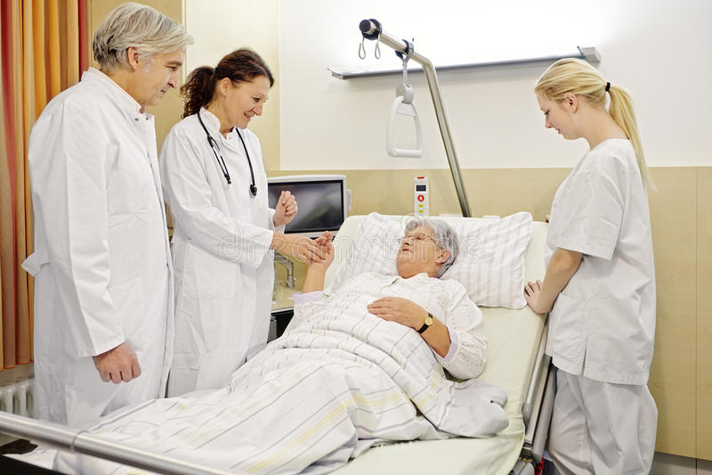 Médecins de patient de salle d'hôpital images libres de droits