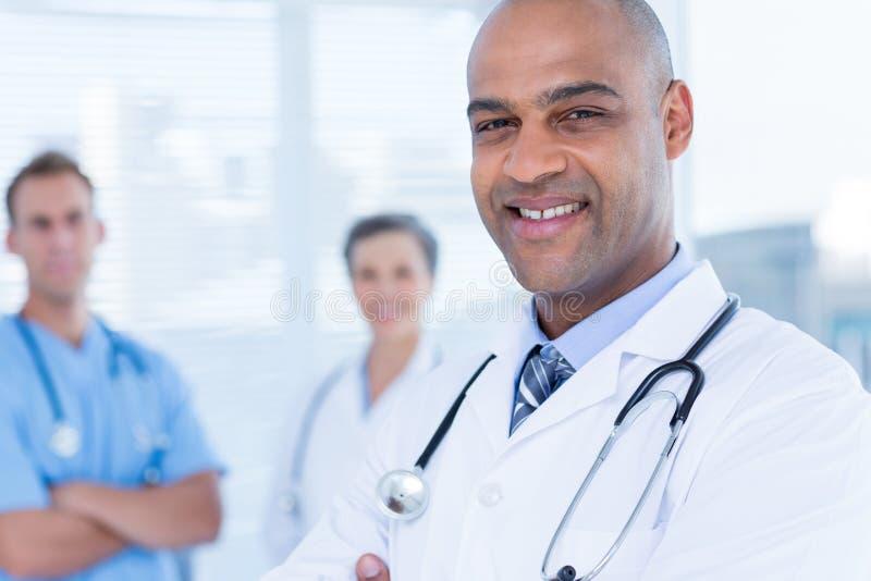 Download Médecins De Sourire De Collègues Regardant L'appareil-photo Image stock - Image du professionnel, mûr: 56483813