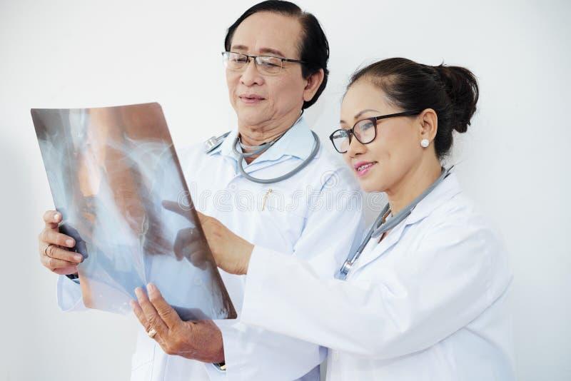 Médecins discutant la radiographie de la poitrine photos libres de droits