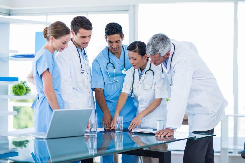 Download Médecins Et Infirmières Discutant Ensemble Image stock - Image du carrière, docteur: 56481271