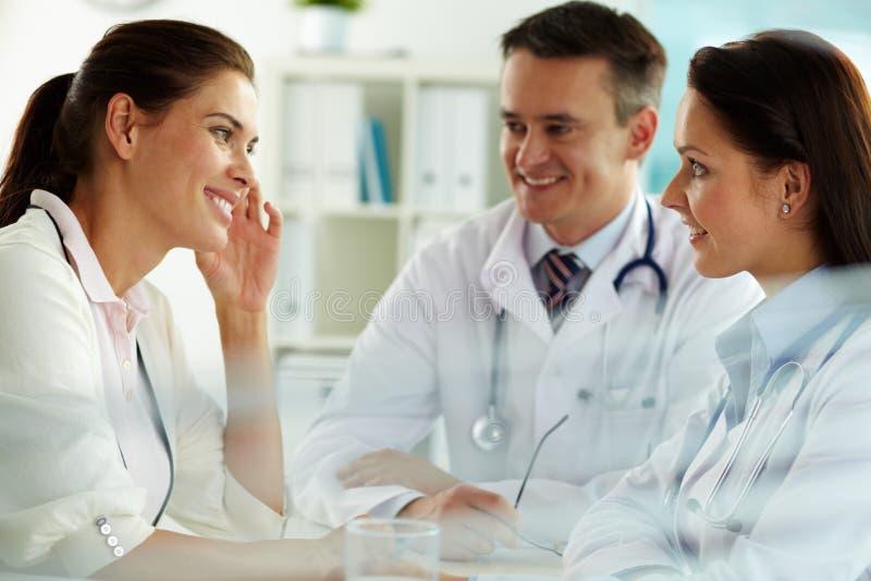 Médecins et patient images stock