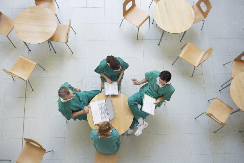 Médecins lors de la réunion au cafétéria image stock