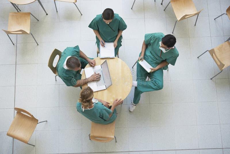 Médecins lors de la réunion au cafétéria photo libre de droits