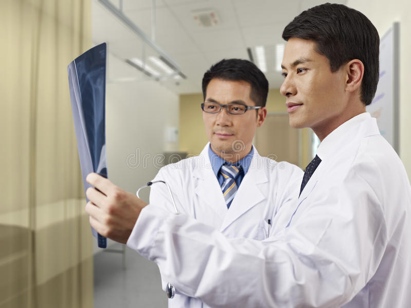 Médecins regardant le film radiographique photo stock