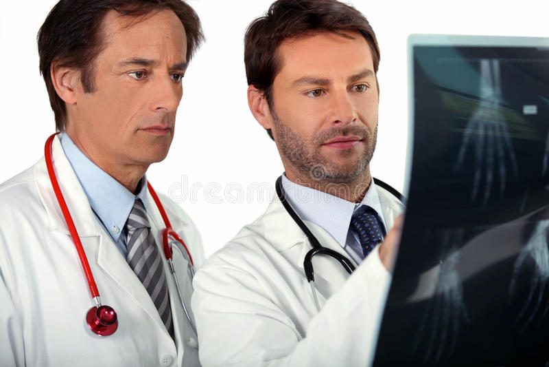Médecins regardant le rayon X photo libre de droits
