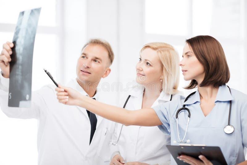 Médecins regardant le rayon X photographie stock libre de droits