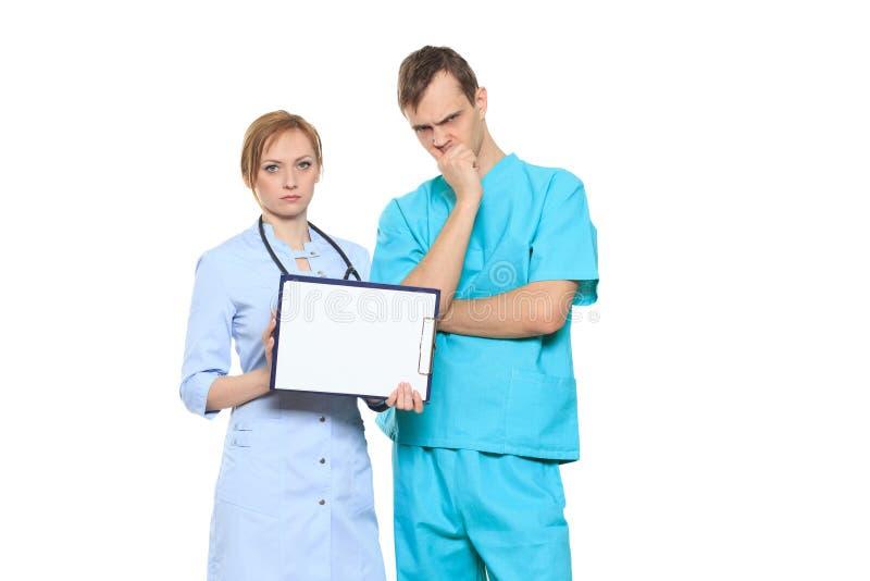 Médecins sérieux de groupe présent le conseil vide image stock