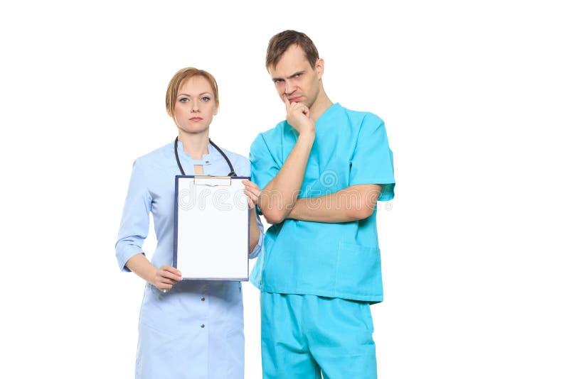 Médecins sérieux de groupe présent le conseil vide photographie stock