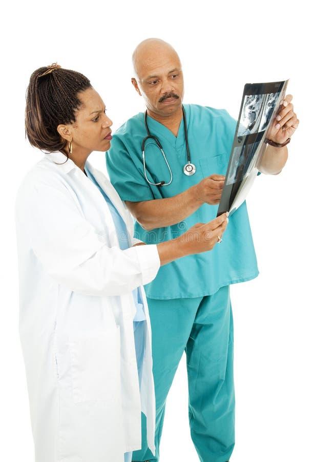 Médecins sérieux Review X-rays image stock