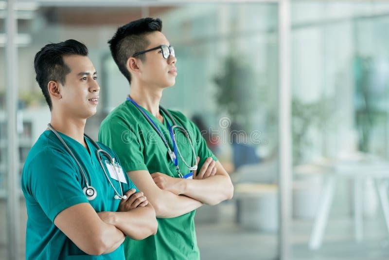Médecins sûrs regardant loin photo libre de droits