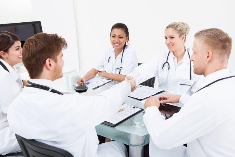 Médecins se serrant la main image stock