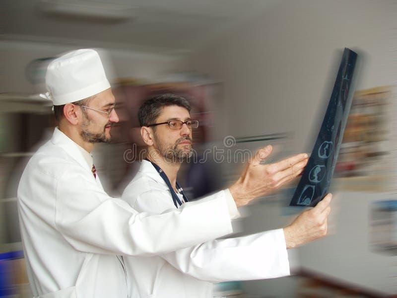 Médecins sur le fond brouillé