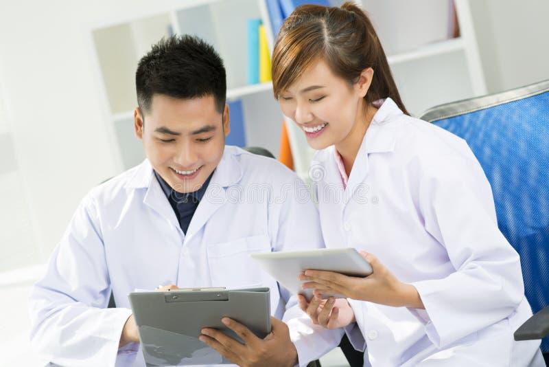 Médecins travaillants image stock